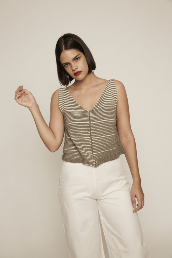 The synonym of elegance: fall in love with this shimmery khaki and white textured crop top. It features V neckline and wide straps and evokes the mesmerizing structure of a palm tree